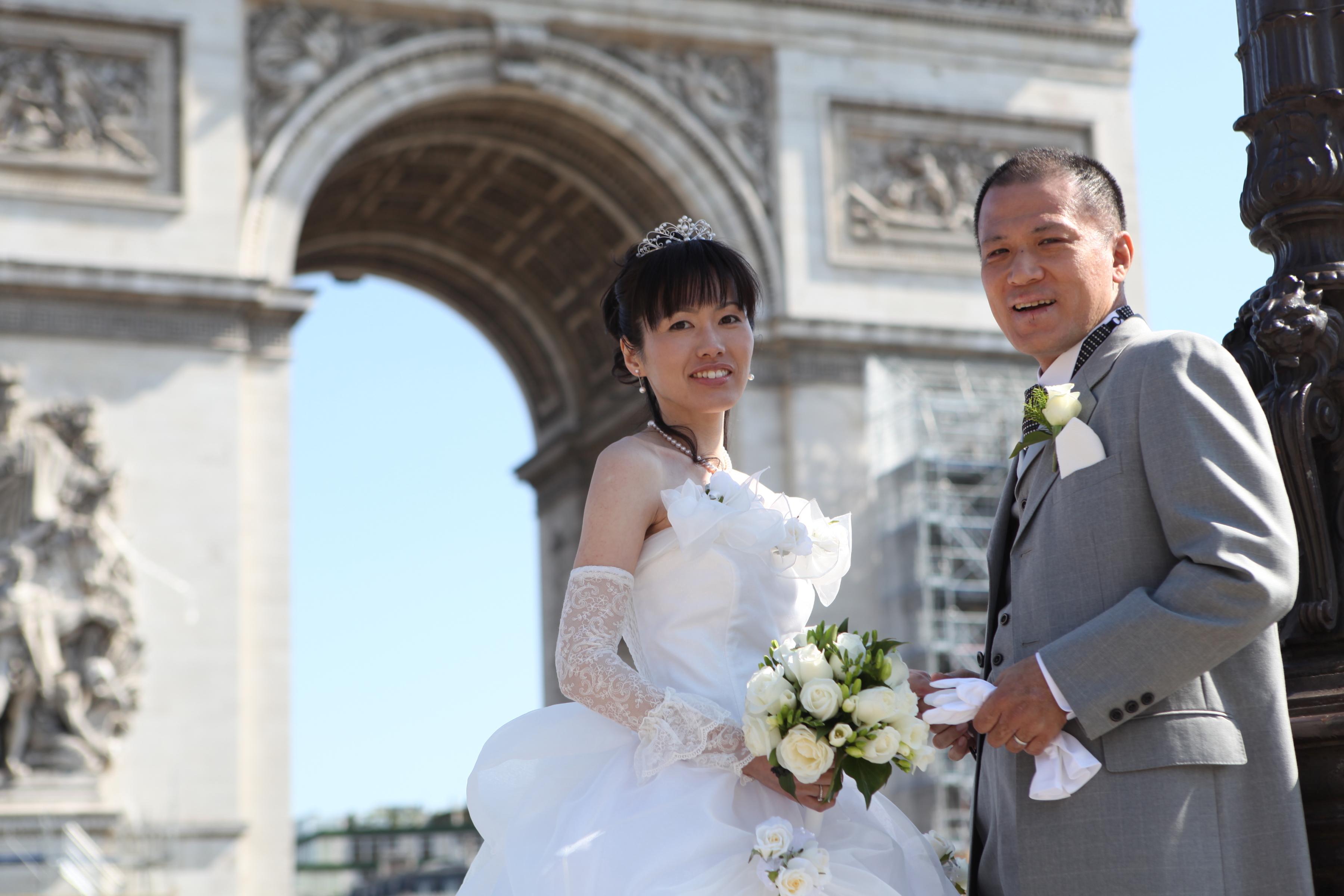 彼の熱意に突き動かされて、結婚式を挙げた