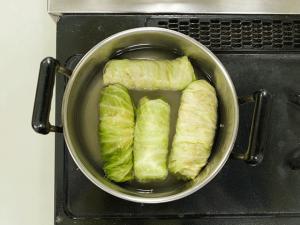 ロールキャベツを並べて入れ、煮汁が沸騰したらアクを取り、弱火にしてじっくりと煮込む。