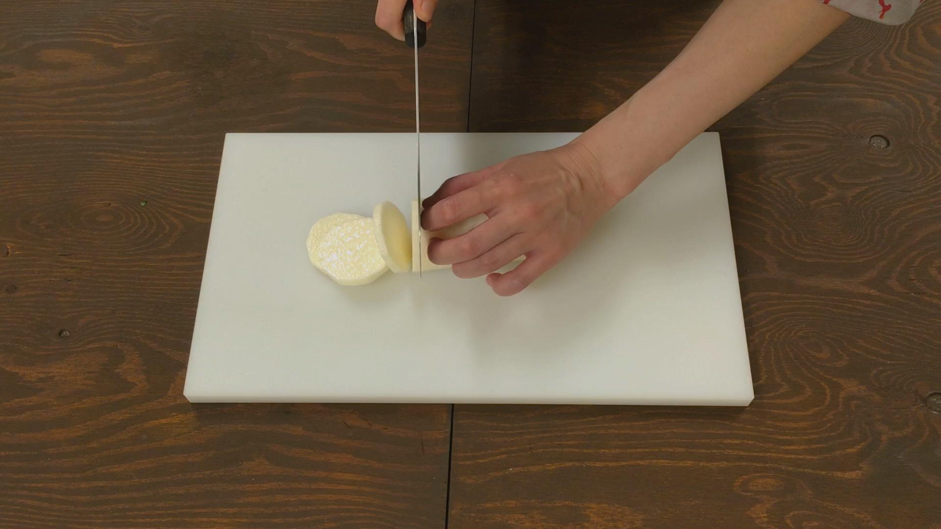 長芋は皮を除いて7mm厚さの半月切りにする。