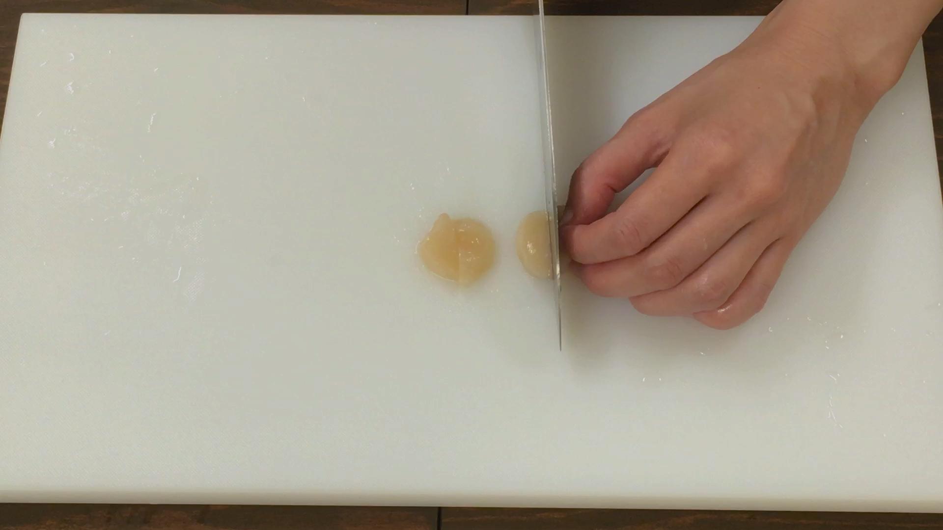 ホタテは厚みを2等分にして半月切りにし、さっとゆでて湯をきる。